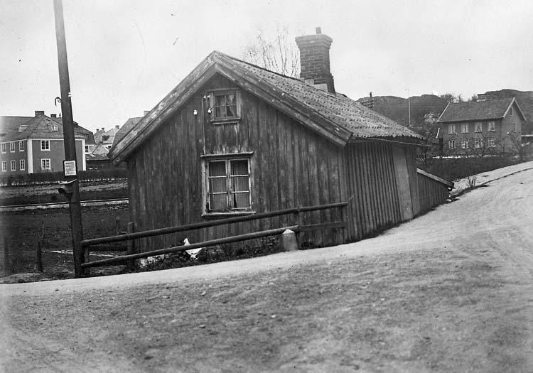 """Enligt notering: """"Liten stuga, vägkorset vid Norra kyrkogårdens nordöstra hörn""""."""