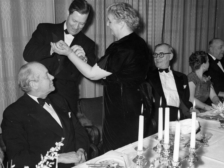 Sjösättningsmiddag för 127 M/T Bel Mare. Fartygets gudmor mottager ett smycke av Uf´ddevallavarvets dåvarande VD Helge Hagelin.