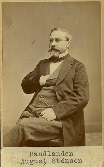 """Text på kortets baksida: """"Handlanden August Sténson, f. 1818 d.1886""""."""