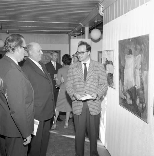 Vernissagebesökare på konstutställning i gamla bibliotekets lokaler i Uddevalla 4 oktober 1959