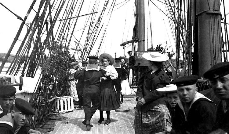 Midsommardans med skeppsgossarna ombord på HMS NAJADEN.