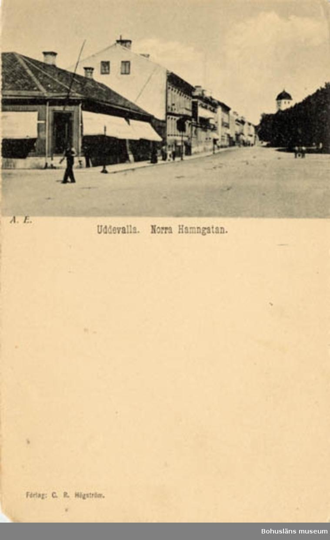 Tryckt text på bildens framsida: Uddevalla. Norra Hamngatan. Förlag: C.R. Högström, Uddevalla.