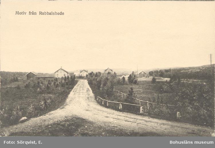 """Tryckt text på kortet: """"Motiv från Rabbalshede""""."""