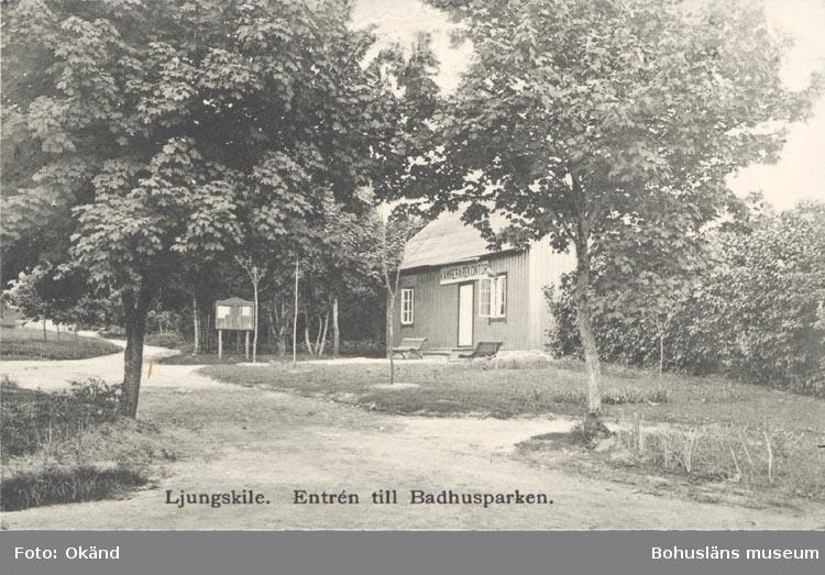 """Tryckt text på kortet: """"Ljungskile. Entrén till Badhusparken"""". """"Förlag: Ljungskile Bok & Pappershandel""""."""