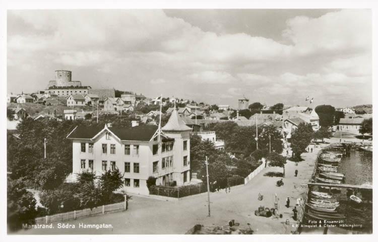 """Tryckt text på kortet: """"Marstrand. Södra Hamnen."""" """"Foto & Ensamrätt: Almqvist & Cöster, Hälsingborg."""" """"Förlag: Axel Hellman, Marstrand."""""""