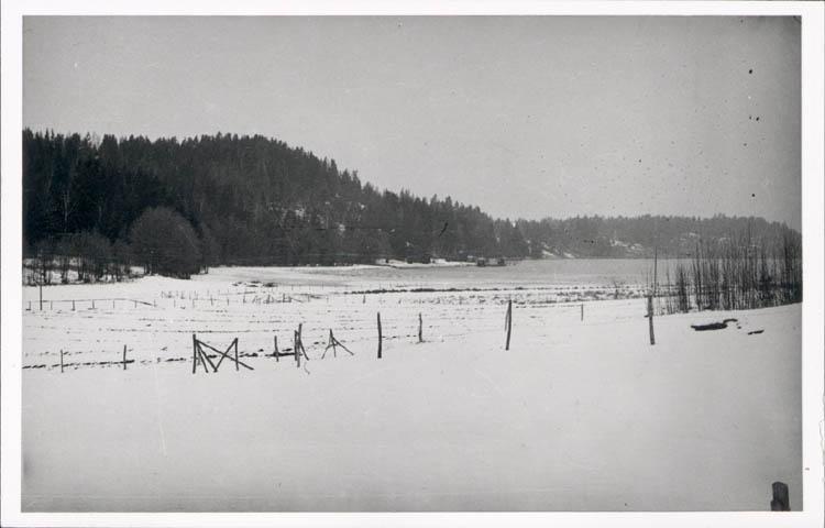 """Noterat på kortet: """"Stillingsön Myckleby Sn. Orust. Vintern 1957."""" """"Kåröd kile fr. söder."""""""