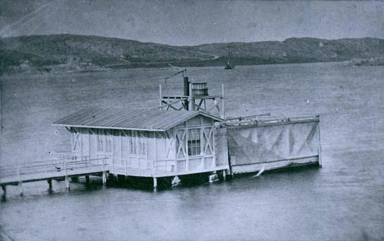 """""""Dambassin 1864 No. 88"""" enligt text som stod inristat på glasplåten.  Nya dambassängen i Rosvik, Carl Curman fotograferade år 1864."""