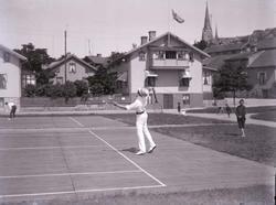 Sommargästerna spelar tennis.