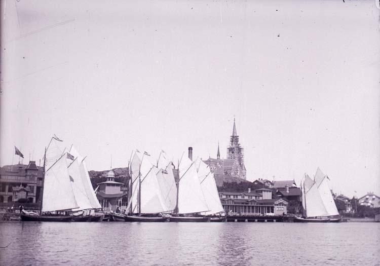 """Enligt text som medföljde bilden: """"Lysekil, Badhuset och Badgästbåtarna fr. sjön 10/7 1901."""""""