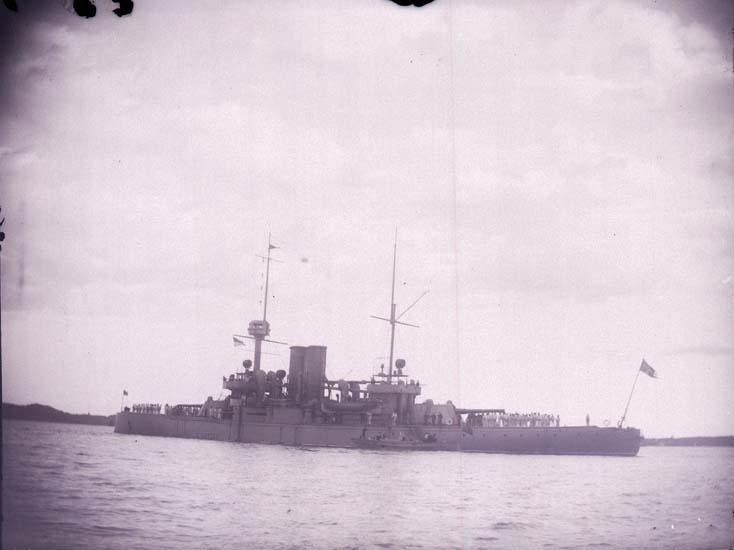 """Enligt text som medföljde bilden: """"Svenske pansarbåten """"Niord"""" från låringen (akter)  1 sta klass 23/8 1899""""."""