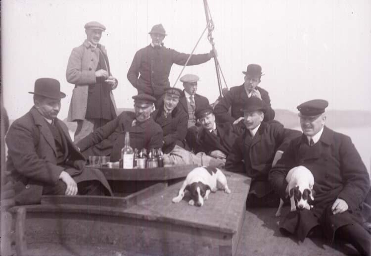 """Enligt text som medföljde bilden: """"Gullmaren. Grupp på jakt. April 12."""" ::"""