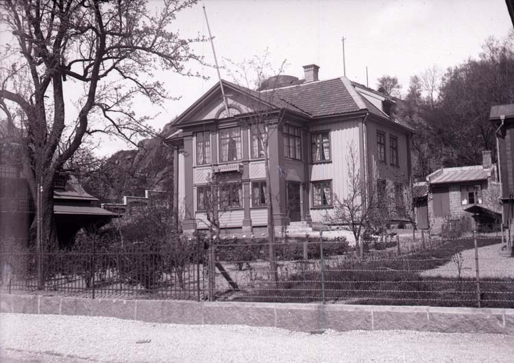 """Enligt text som medföljde bilden: """"Uddevalla. D. Mattssons villa 23/5 1904."""""""