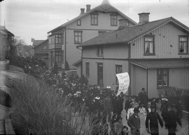 """Enligt text som medföljde bilden:""""Lysekil. Demonstrationståg 8/5 02."""" ::"""