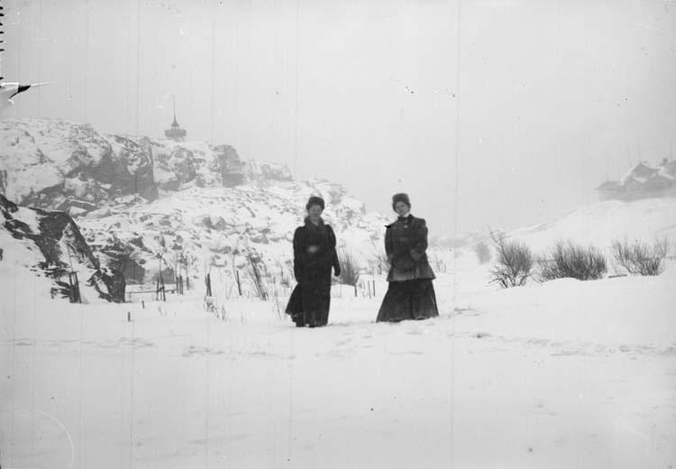 """Enligt text som medföljde bilden: """"Smögen. Anna Berndtsen, Elsa Sjögren Dec. 09."""""""