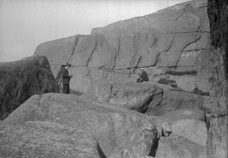 "Enligt text som medföljde bilden: ""Eric o. Calle i Lysekil, Valhall 17/9 1899""."