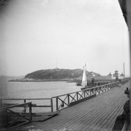 """Enligt text som medföljde bilden: """"Lysekil. Hjalmar Carlsson lägger till vid Badhuset 1897."""""""