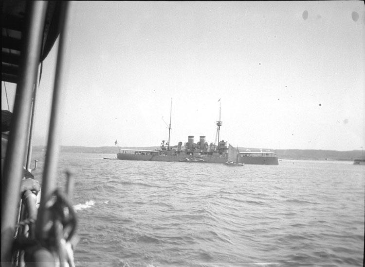 """Enligt text som medföljde bilden: """"Pansarbåt."""" ::"""