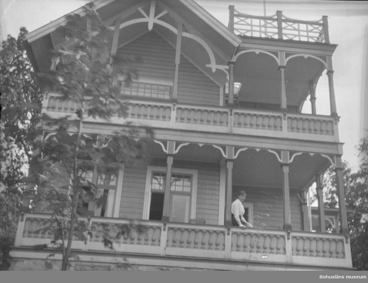 Hus med rikligt utsmyckade balkonger i tre våningar