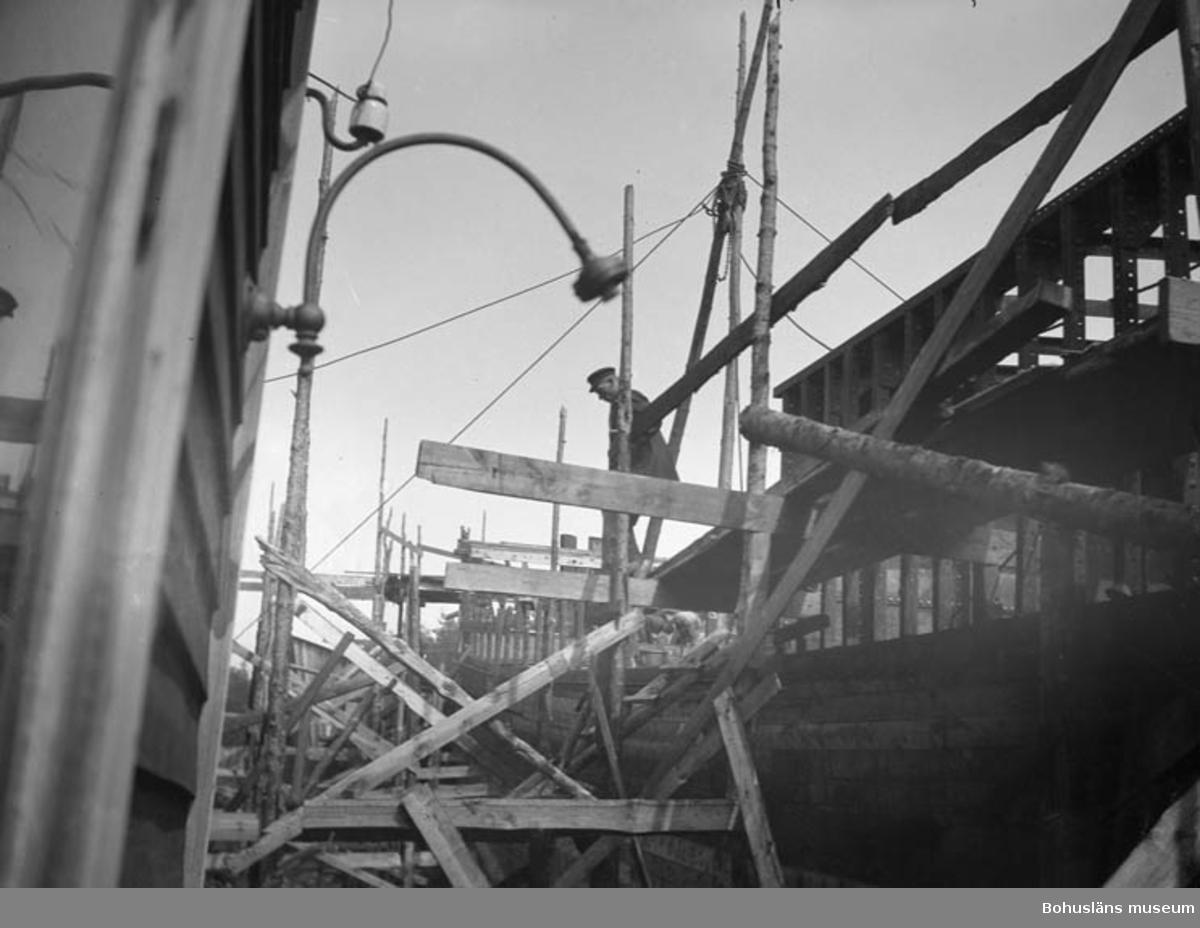 """Text till bilden: """"Byggnastion av träfartyg troligen Hälleviksstrand""""."""