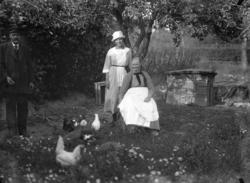 """Enligt fotografens noteringar: """"I Hönsgården Fru Lindberg."""""""