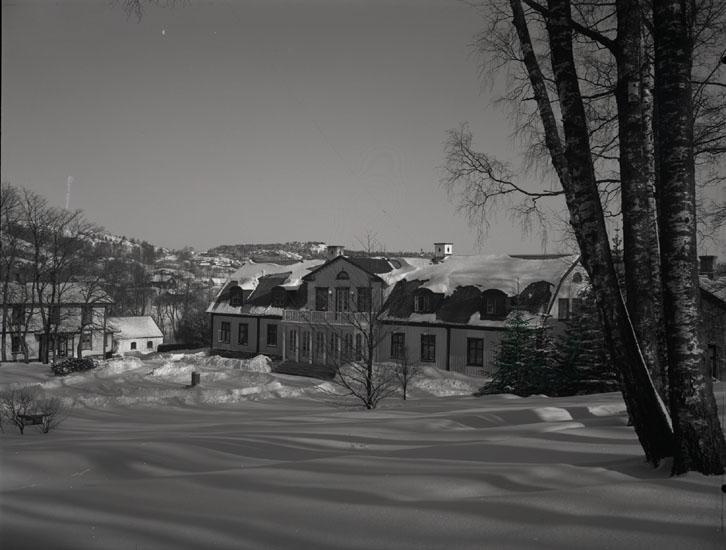 """""""1937. 3. Herrgården i vinterskrud.""""  """"Bostad för direktören på Munkedals Pappersbruk."""""""