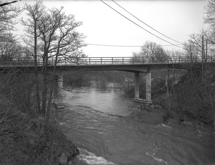 """Text som medföljde bilden: """"1951. 7. Vid tvättstugan lyck..? vid rättarbostaden.  Bron nybyggd omkr. 1920. Ligger norr om den gamla bron som går upp till Herrgården."""""""