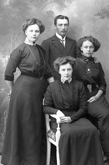 """Enligt fotografens journal Lyckorna 1909-1918: """"Högström, Herr Ljungskile""""."""