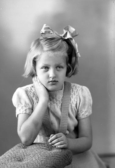 """Enligt fotografens journal nr 7 1944-1950: """"Johansson, Mona, adr. Fru Asta J. Anvik Spekeröd""""."""