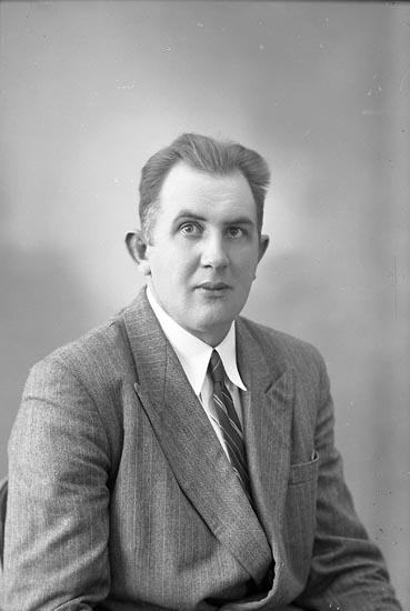 """Enligt fotografens journal nr 7 1944-1950: """"Ivarsson, Herr Joel Rämma Jörlanda""""."""