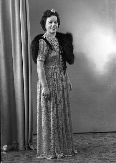 """Enligt fotografens journal nr 7 1944-1950: """"Ekström, Fru Lisa Solgården Här""""."""