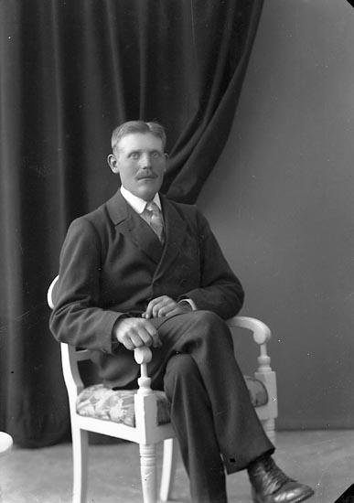 """Enligt fotografens journal nr 3 1916-1917: """"Svensson, Oskar Bräcketorp Spekeröd""""."""