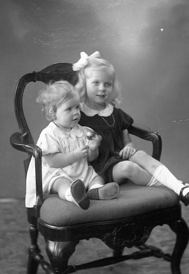 """Enligt fotografens journal nr 7 1944-1950: """"Karlsson, Ann Sofi o Barbro Här """"."""