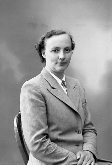 "Enligt fotografens journal nr 7 1944-1950: ""Malmqvist, Fru Viola Stenungsön""."