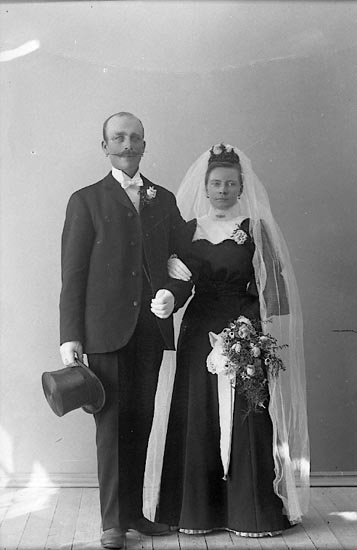 """Enligt fotografens journal nr 1 1904-1918: """"Johansson Karl, Stenung Stenungsund""""."""
