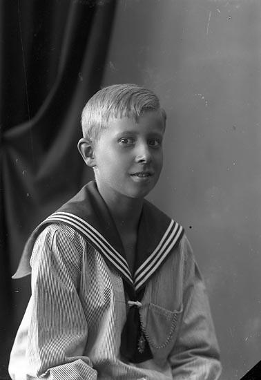 """Enligt fotografens journal nr 4 1918-1922: """"Ström, Sigvard Ön""""."""