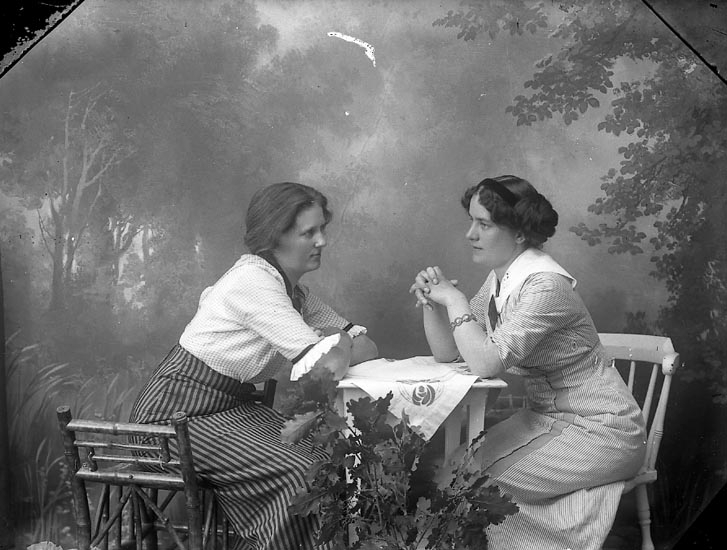 "Enligt fotografens journal Lyckorna 1909-1918: ""Winroth, Fru, Wallgärde, Ljungskile""."