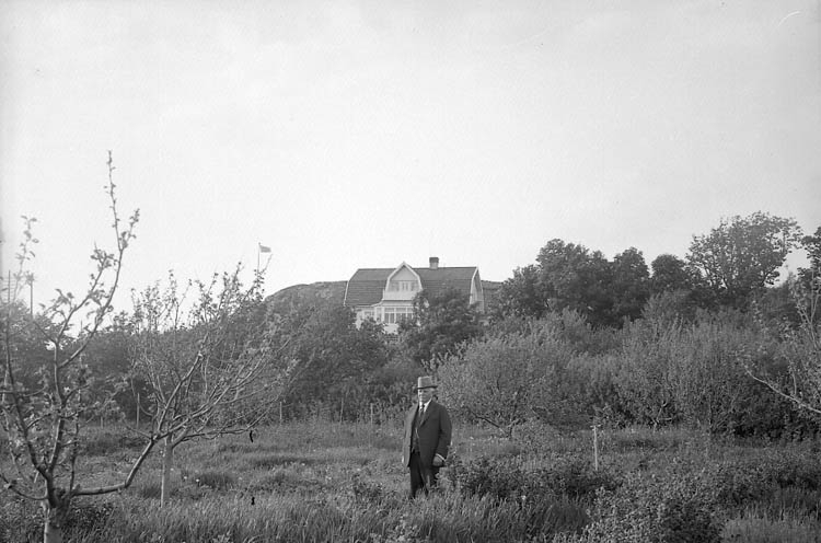 """Enligt fotografens journal nr 5 1923-1929: """"Barneys villa Stenungsund""""."""
