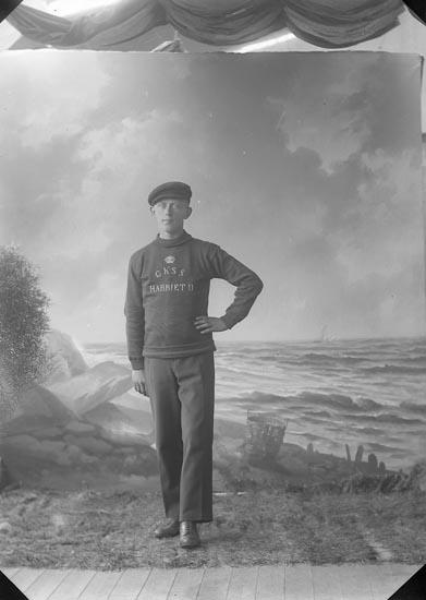 """Enligt fotografens journal nr 3 1916-1917: """"Lindvall, Verner Här""""."""