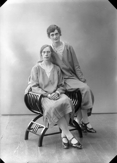 "Enligt fotografens journal nr 5 1923-1929: ""Svensson, Gunhild Kyrkeby Jörlanda""."