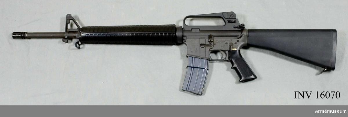 Försöksvapen i Sverige. Undervisningsvapen.  Kaliber 5.56 x 45 mm. Vapnet är konstruerat enligt principerna gas/vridlås, lågtryckssystem. Utgånghastighet (m/s) 950. Mynningsenergi (J): 1800. Mekanisk eldhastighet: 750 skott/min. Riktmedel: hålsikte stolpkorn. Vapnet matas med ammunition från 30-skottsmagasin. Vapnet kan ha treskottspärr i stället för automateld. Märkt: Colt M16 A2 (häst i en cirkel) tre kronor Cal.5.56 MM. Tillverkad av Colt's Firearms Division Colt Industries.Samhörande: AM.016071 stångmagasin 30-skotts.