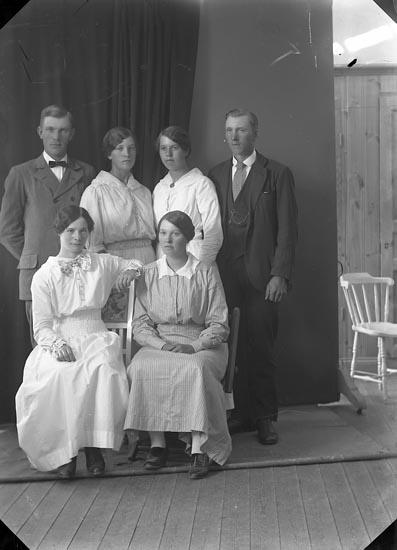 """Enligt fotografens journal nr 3 1916-1917: """"Svensson, Adolf Bräcketorp Spekeröd""""."""
