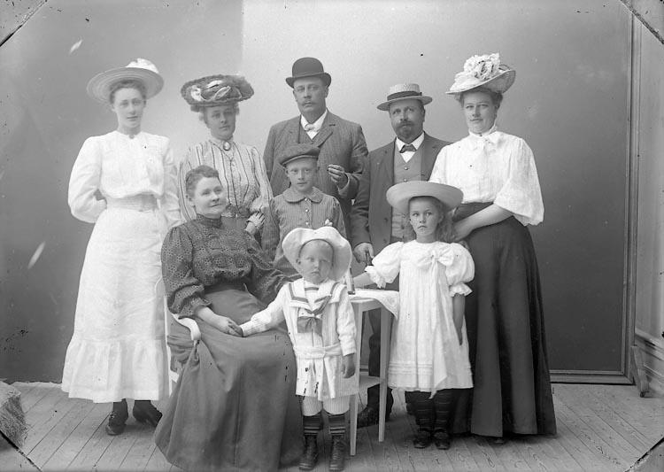 """Enligt fotografens journal nr 2 1909-1915: """"Wallgren, Fru Henriqe""""."""