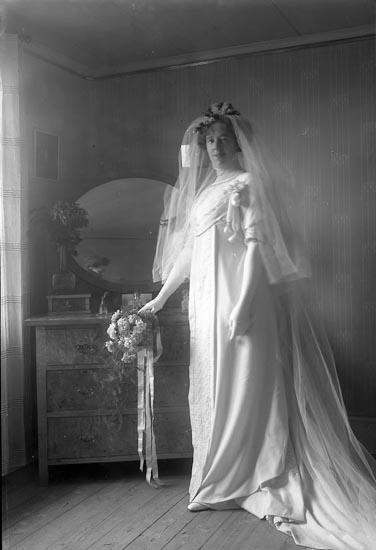 """Enligt fotografens journal nr 2 1909-1915: """"Meisner, Fru Anna, Byn, Ödsmål""""."""