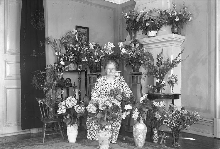 """Enligt fotografens journal nr 6 1930-1943: """"Sandberg, Fru Hanna Här""""."""