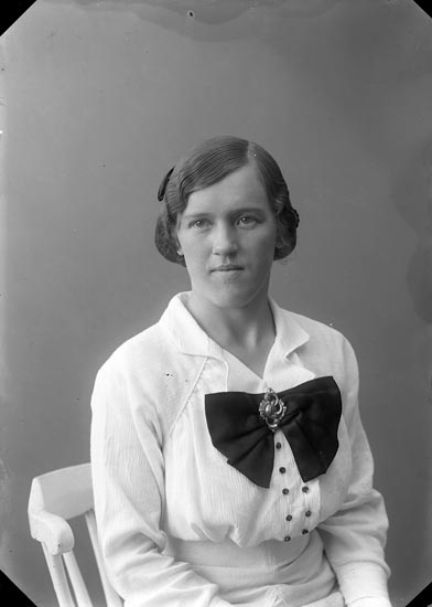 """Enligt fotografens journal nr 2 1909-1915: """"Rosén, Fröken, Hotellet, Ön""""."""