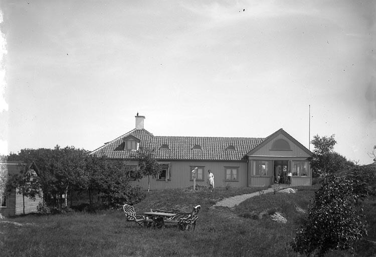 "Enligt fotografens journal nr 5 1923-1929: ""Bengtssons Grossh., villa, Stenungsund""."