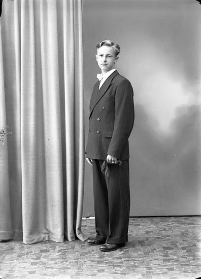 """Enligt fotografens journal nr 7 1944-1950: """"Wahlgren, Herr Rolf, Box 74 Här""""."""