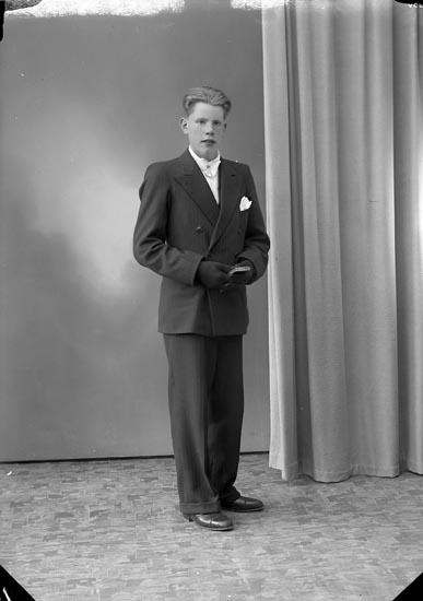 """Enligt fotografens journal nr 7 1944-1950: """"Johansson, Thure Källstorp, Svenshögen""""."""