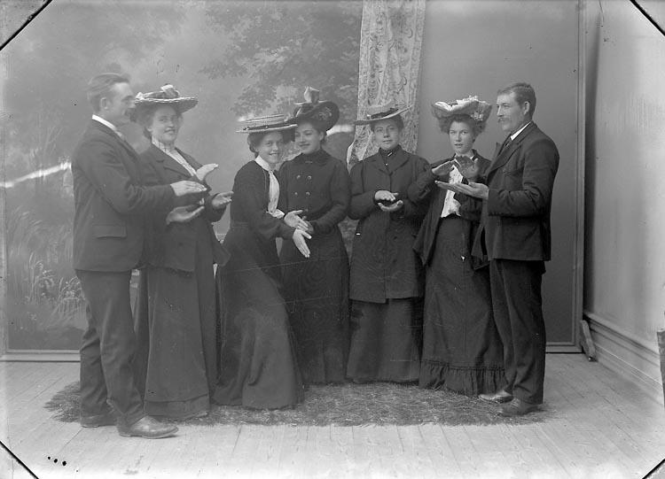 "Enligt fotografens journal nr 1 1904-1908: ""Andersson, Emilia Hallerna Stenungsund A.B.""."