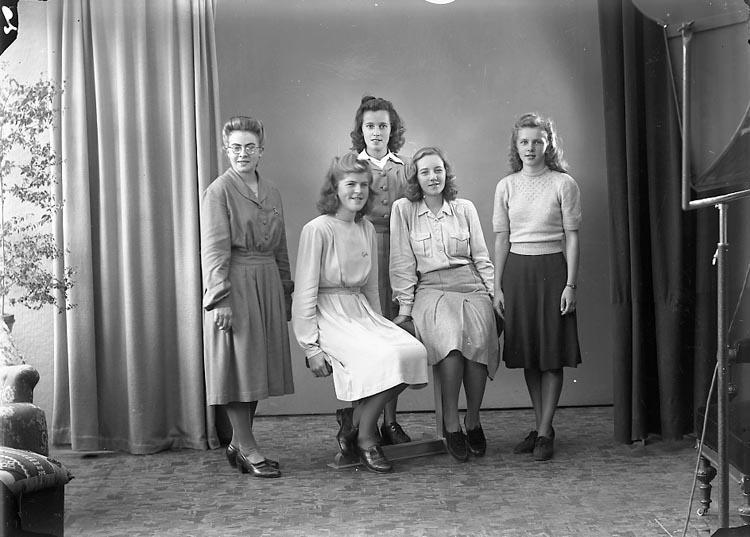 """Enligt fotografens journal nr 7 1944-1950: """"Karlsson, Fr. Venny Hasslebacken, Svanesund""""."""